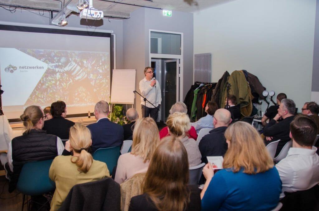 Klaus bei seinem Vortrag, in dem er ein wenig Innovations-Training mit den Gästen machte