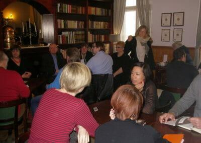 Von Beginn an gab es intensiven Austausch unter den Teilnehmern.