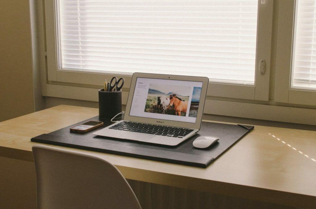 (Ich widerstehe hier übrigens schon seit 3 Absätzen dem Verlangen, vor jedem neuen Absatz pauschal ein Bild eines Schreibtischs mit Arbeitsgerät einzubinden...)